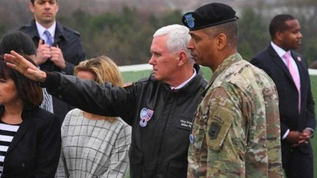 Pence con el general estadounidense Vincent Brooks, del comando de Naciones Unidas presente en la zona desmilitarizada