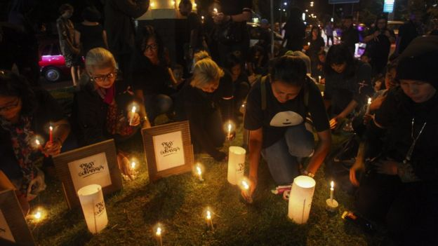 Warga menyalakan lilin dan berdoa bersama untuk korban bom gereja di Surabaya dalam aksi solidaritas di Solo, Jawa Tengah, Minggu (13/5).