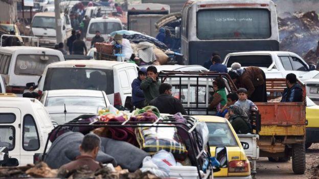 7 Mart tarihli bu fotoğrafta Afrin'den kaçmaya çalışan Suriyeliler görülüyor
