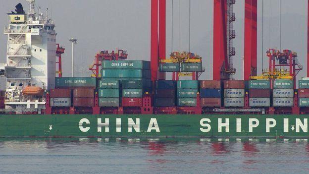 Barco chino cargado de contenedores.