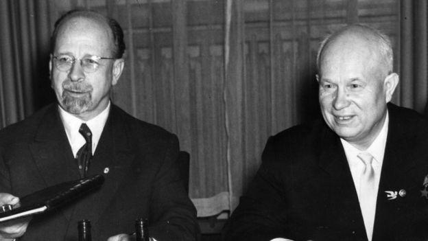 Walter Ulbricht y Nikita Khrushchev.