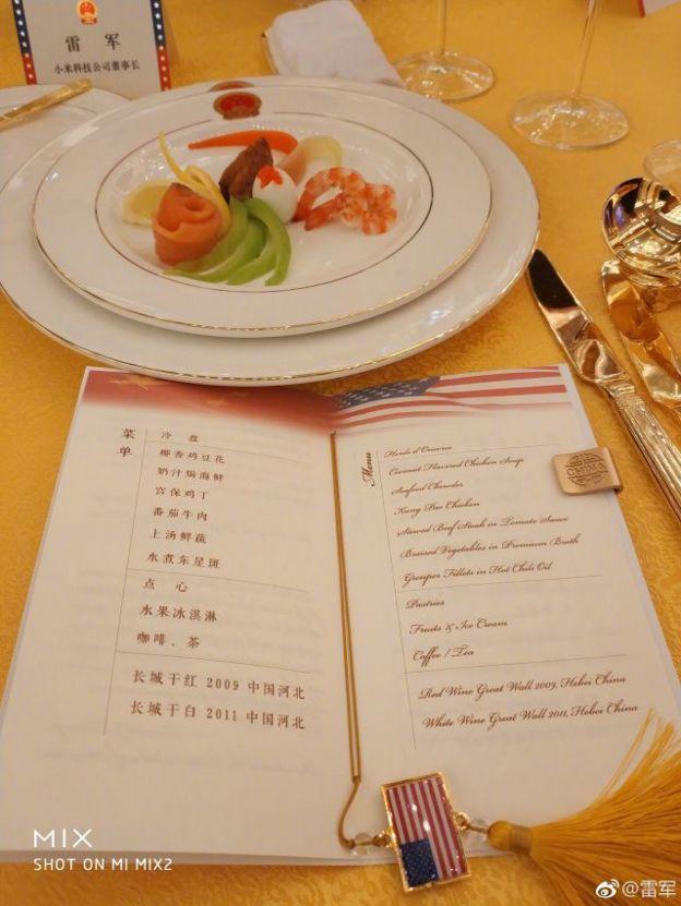 小米手機的創始人雷軍還在社交媒體微博上面公布了晚宴菜單:開胃菜,雞湯,海鮮濃湯,宮保雞丁......