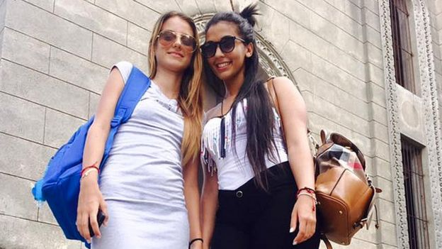 Karla Pérez con una amiga universitaria