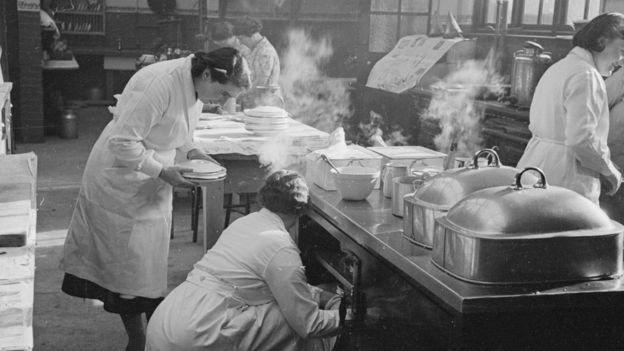Сотрудницы столовой готовят обед для рабочих металлургического завода в центральной Англии, 1940 год