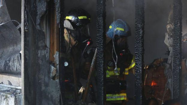 Bomberos intentan apagar el fuego en un hospital en llamas en Miryang, Corea del Sur.