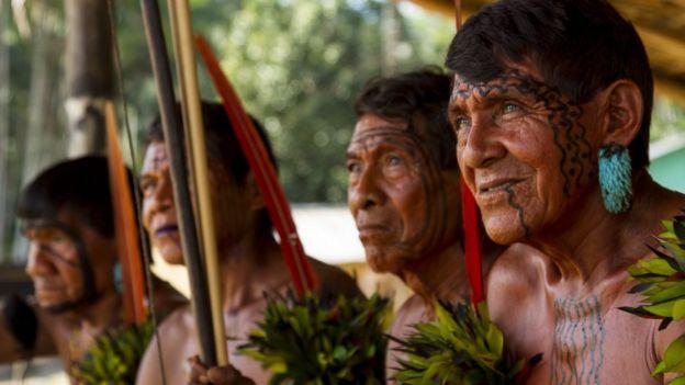 Anciãos yanomamis na aldeia Maturacá