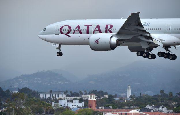 Avión de Qatar Airlines procedente de Doha a punto de aterrizar en Los Ángeles, Estados Unidos.