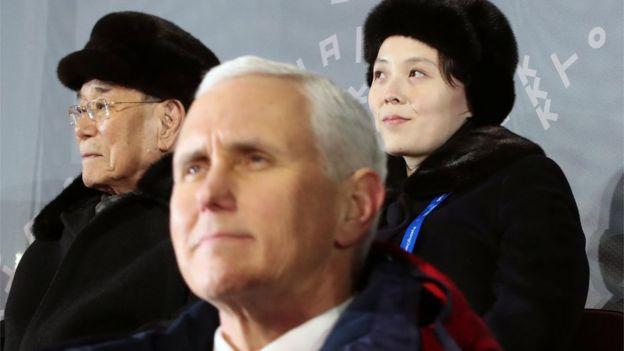 Mike Pence (centro) e Kim Yo-jong (direita)