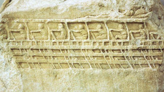 Grabado de tirreme, los barcos de guerra antiguos.
