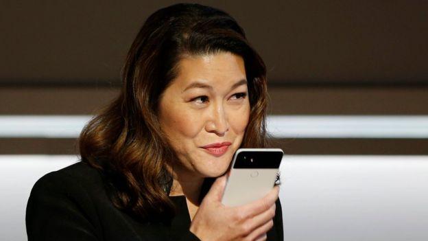 Mujer le habla a un Pixel