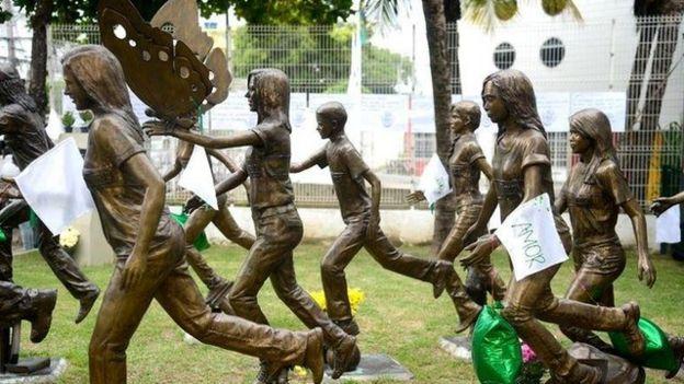 Memorial em homenagem às vítimas do atentado em Realengo