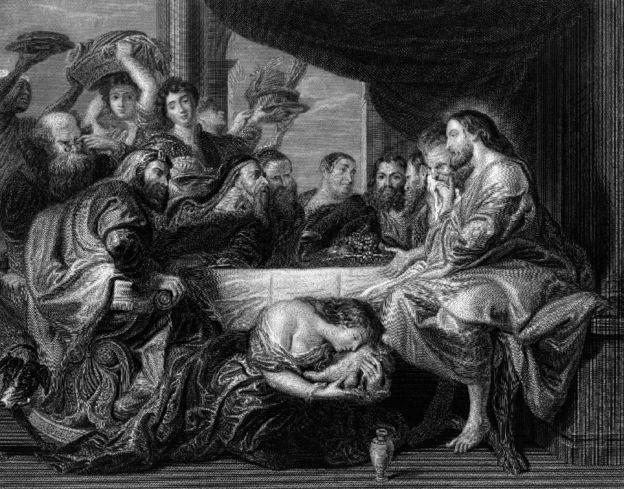 Una pintura con María Magdalena besando el pie de Jesús