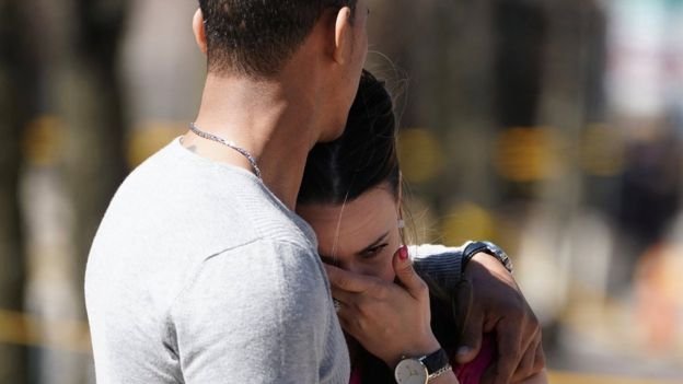 Una mujer llora en la escena del suceso.