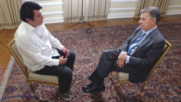 Juan Manuel Santos con el periodista de BBC Mundo Boris Miranda