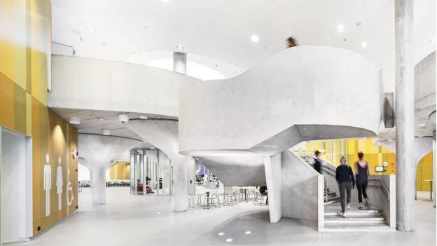 Alumnos suben escaleras en una escuela de diseño abierto en Finlandia.