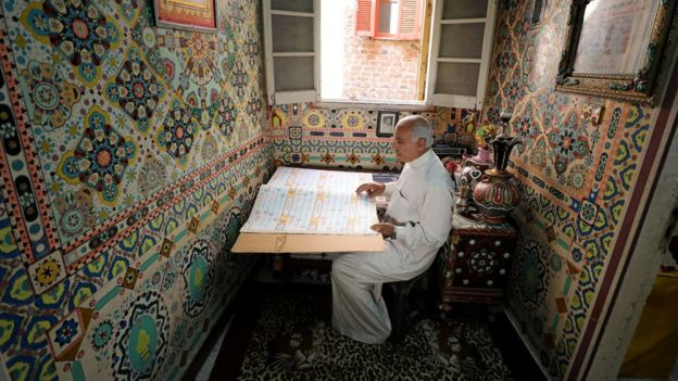 سعد محمد يقرأ من نسخة أخرى من القرآن كتبها بخط يده