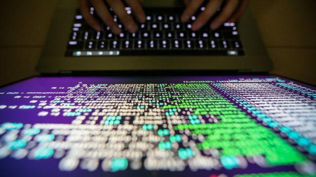 Programador frente a pantalla