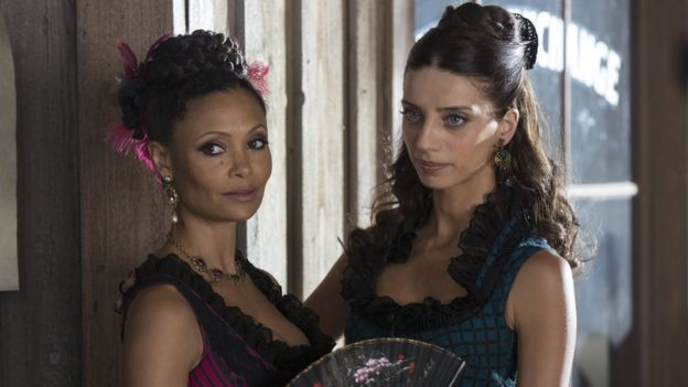 Thandie Newton y Angela Sarafyan. HBO