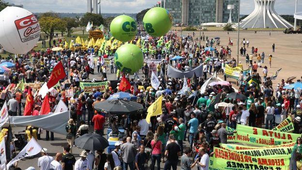 Centrais sindicais e partidos protestam durante greve geral