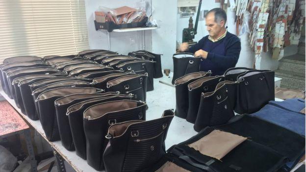 bolsas sendo preparadas