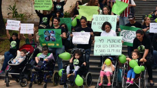 "Miembros de ""Mamá Cultiva Paraguay"" protestan en mayo en Asunción a favor de legalizar la posesión del cannabis para uso medicinal. AFP PHOTO / Norberto DUARTENORBERTO DUARTE/AFP/Getty Images"