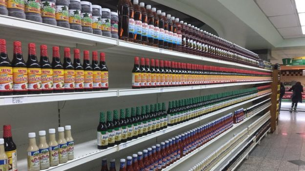 Botes de salsa inglesa en un supermercado.
