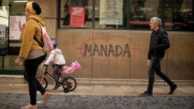 """Un grafiti en España que dice """"manada""""."""
