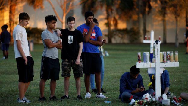 Jovens fazem homenagem às vítimas do massacre na Flórida
