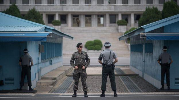 Soldados sul-coreanos fazem guarda na fronteira entre as Coreias, em foto de 2 de agosto de 2017