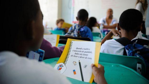 Alunos de escola pública no Brasil
