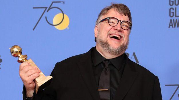 Guillermo del Toro sostiene su Globo de Oro