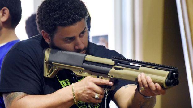 Un aficionado a las armas prueba una en el Florida Gun Show