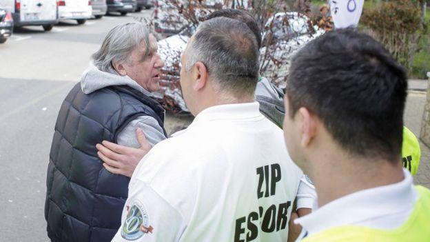 Nastase escoltado por seguridad al ser expulsado del partido.
