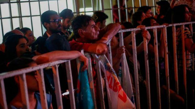 Los seguidores de Frente Amplio esperaron los resultados de las elecciones en la calle.