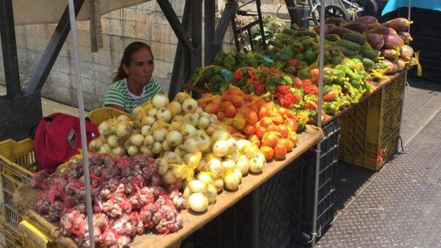 Emily en su puesto de verduras