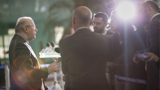 Ministro Celso de Mello conversa com jornalistas após sessão plenária