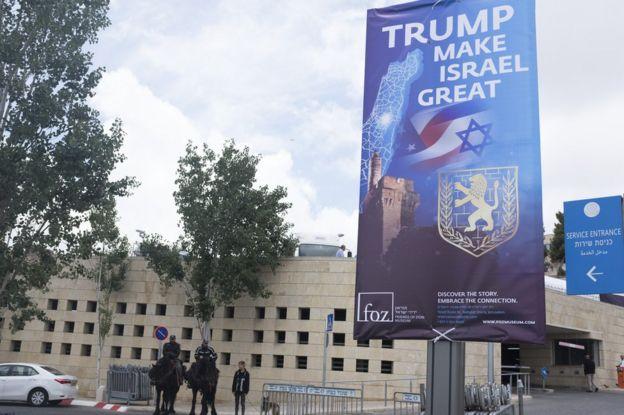 """Cartaz escrito """"Trump faz Israel grande"""" na porta do consulado"""