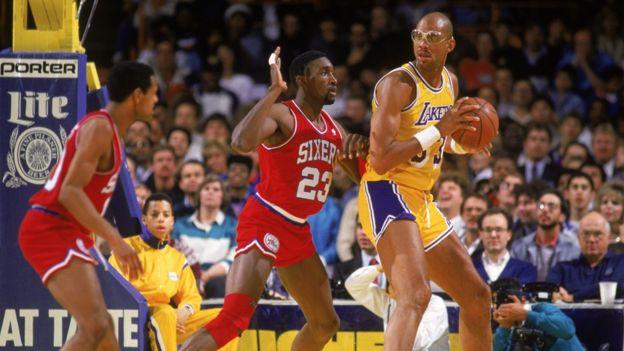 Kareem Abdul-Jabbar, en un partido con los Lakers en 1987.