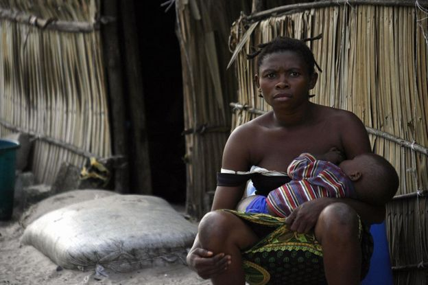 Mãe amamenta bebê em Atabong, na Nigéria