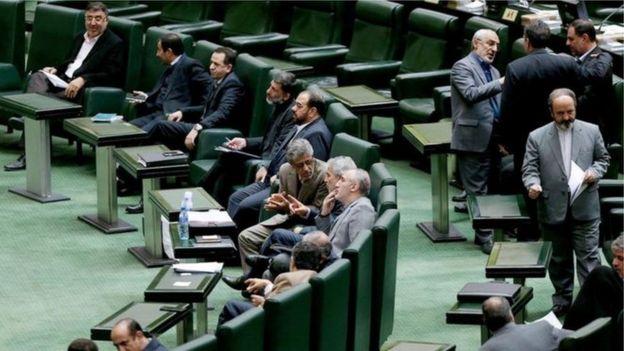حدود یک ماه پیش مجلس ایران در رای گیری اولیه کلیات لایحه بودجه سال آینده را رد کرد که یکی از موارد انتقاد قطع یارانههای نقدی بیش از سی میلیون ایرانی در پیشنهاد دولت بود.