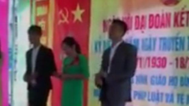 在义安共产党的旗帜下歌唱上帝