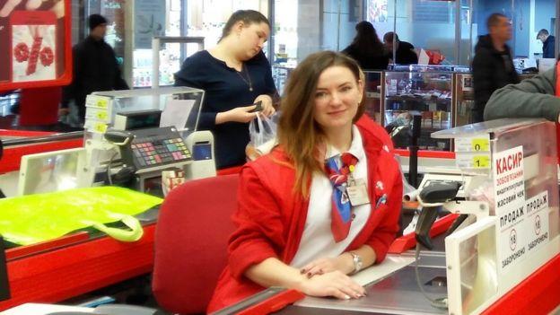 Тетяна Данченко на робочому місті за касою магазину