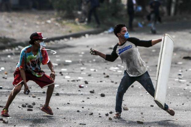 Estudiantes lanzando piedras en Nicaragua.