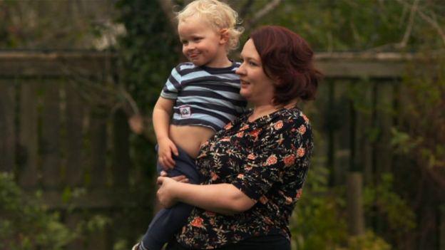 Hannah Freimanis con su segundo hijo Sebastien