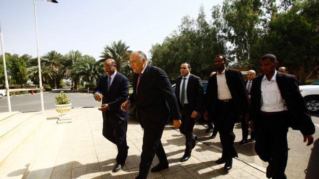 وصل وزير الخارجية المصري إلى الخرطوم، بعد أن أجَّل الزيارة في وقت سابق
