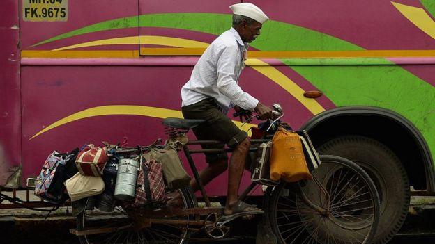 Um dabbawalas, entregador de quentinha