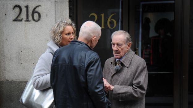 روبين وابنته التقيا تريفور (يمين) في شارع أوكسفورد