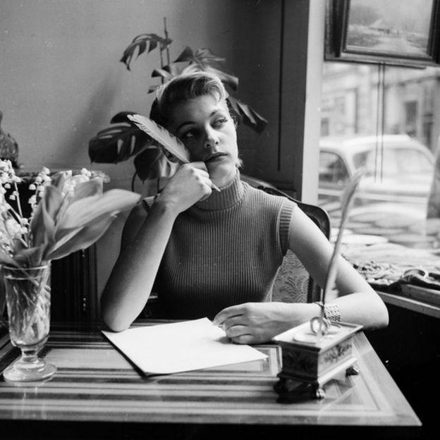 Mujer con pluma para escribir.