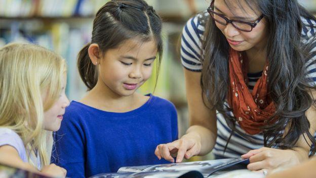 Una profesora con sus alumnas en Canadá