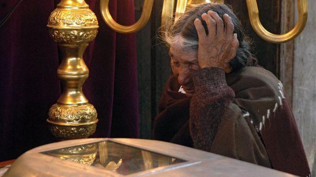 María Basilia sobre el ataúd de su hijo